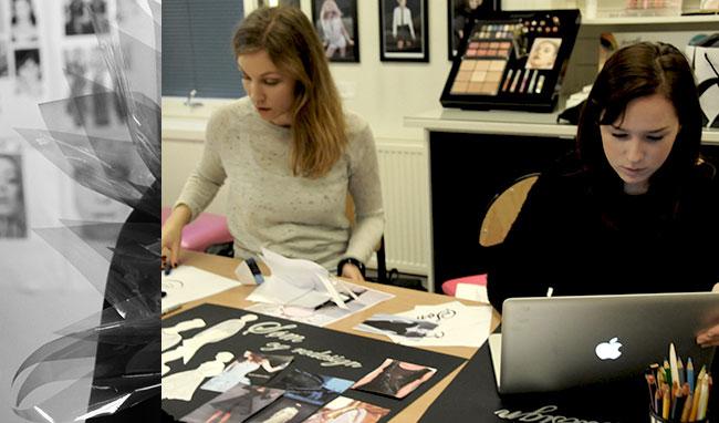 Maria Døsvik og Daniela Rylander jobber effektivt med å finne de riktige designelementene til poncho og kjole som deres gruppe skal lage.