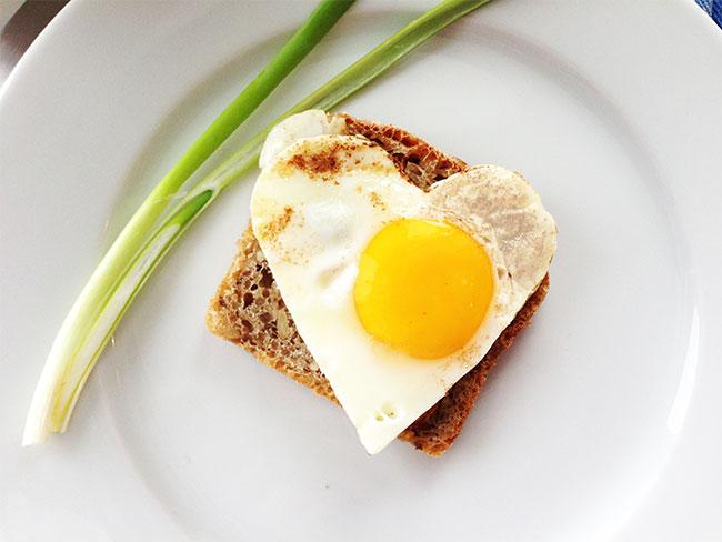 Bruk pepperkakeformen. Stek egget oppi. *Hjerte*