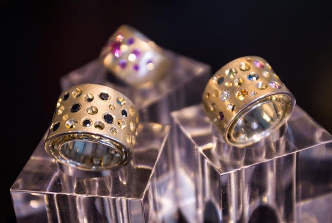 Hvitt gull, gult gull, diamanter i mange farger er populært.
