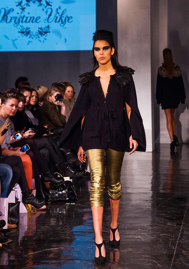 Trange bukser fremhever den kvinnelige silhouetten.