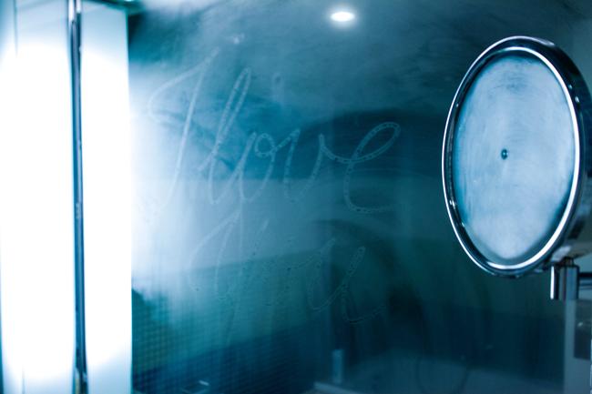 Med fingertuppen og et duggete speil kan du formidle ditt kjærlighetsbudskap