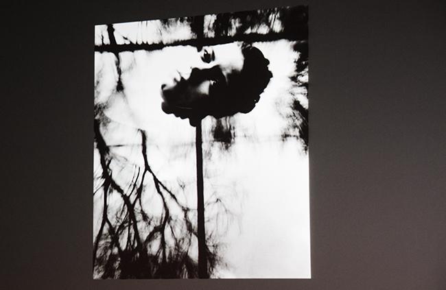 Den amerikanske fotografen Connie Imboden bruker vann for å speile kroppen.