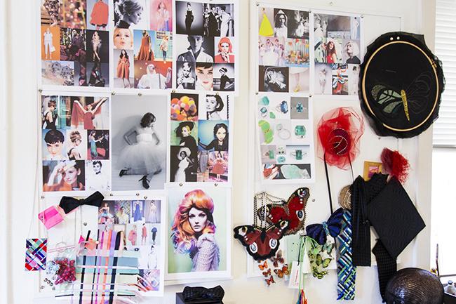 På veggen over symaskinen skaper Ingunn Birkeland en inspirasjonsvegg.