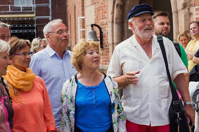 Et kor fra Stovner har kommet til Oscarsborg for å synge for Pushwagner.