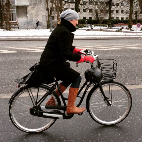 Fra Aarhus. Vi var på vei til rådhuset som skimtes i bakgrunnen og ventet på grønn mann. Jeg ble fascinert av alle syklistene. Prøvde å få til bevegelse og en uskarp bakgrunn med å bevege telefonen mens syklisten passerte. Det lyktes ikke helt.
