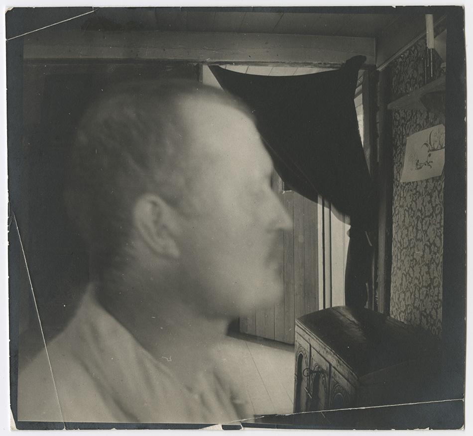 Edvard Munch i profil, innendørs
