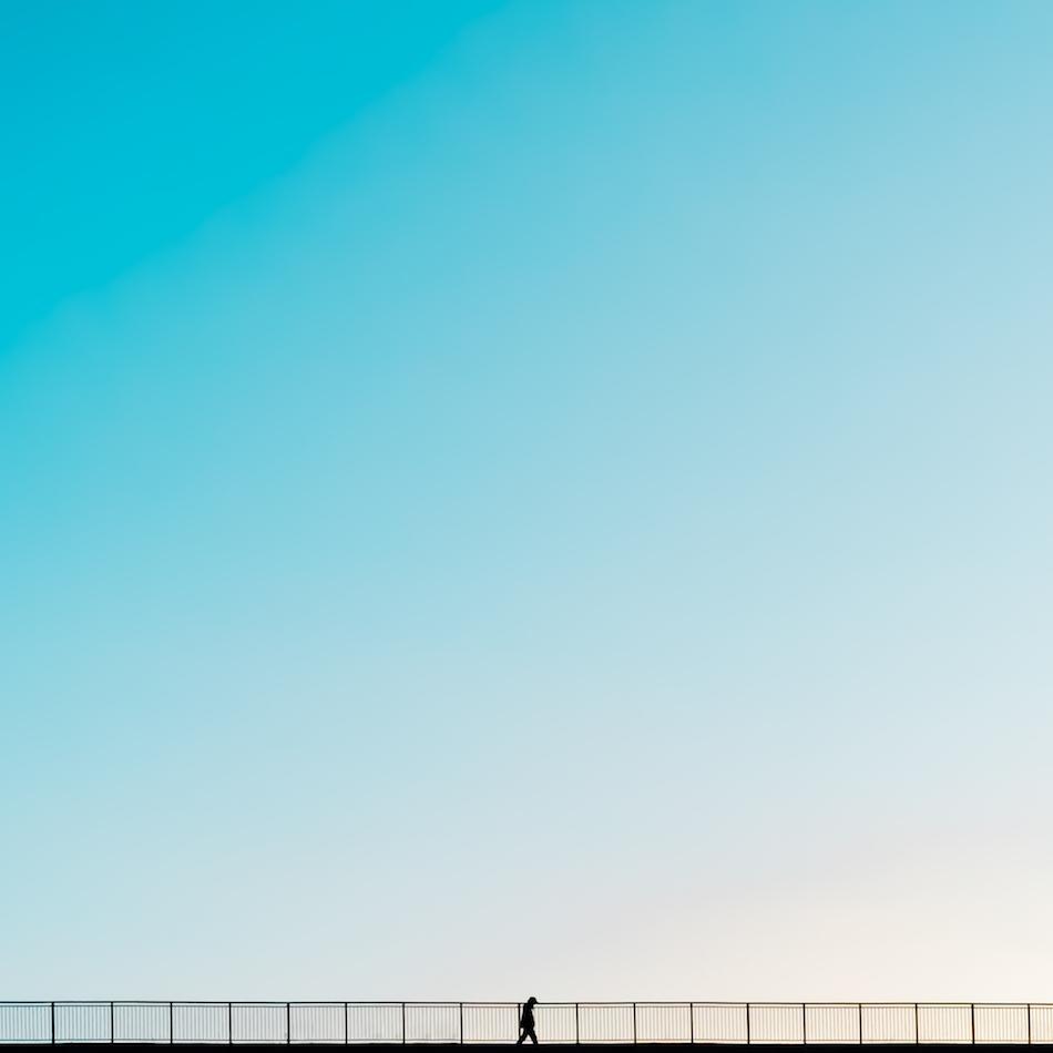 '' Walk the line '' - Jeg synes mennesker gjør seg på avstand i bilder, og i dette bildet framhever silhuetten av mennesket størrelsesforholdene. Jeg liker å jobbe med negativt rom. Også er jeg veldig glad i blå himmel.