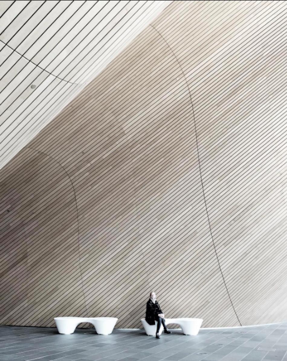 Opplevelsen av arkitektur og rom er fremtredende i dette bildet fra Kilden i Kristiansand. Med materialbruk og linjeføring gir den store bølgeveggen meg opplevelsen av luft, lyd og bevegelse.